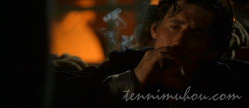タバコを吸うキートン