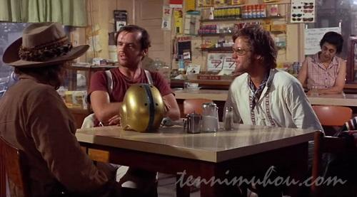 レストランに入る3人