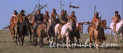 インディアンと共に馬に跨る