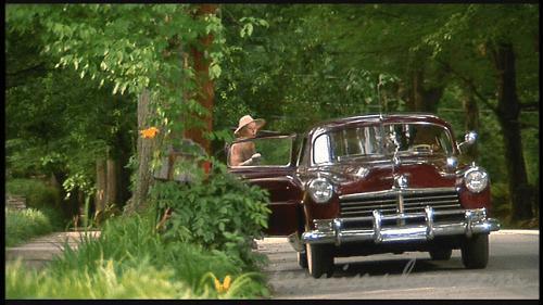 やっとホークの車に乗り込むデイジー