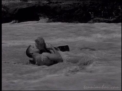 【地上より永遠に(ここよりとわに)】波打ち際のキス