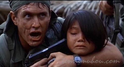 村長の娘に銃を突きつけるバーンズ