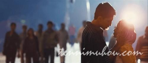 駅でキスをするジャマールとラティカ