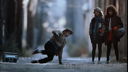 ストリートダンサーを見ているアレックスとジェニー