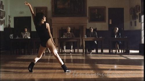 審査員の前でダンスを披露するアレックス