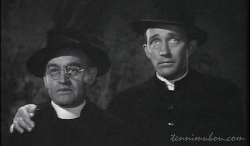 火事になった教会を見つめる神父たち
