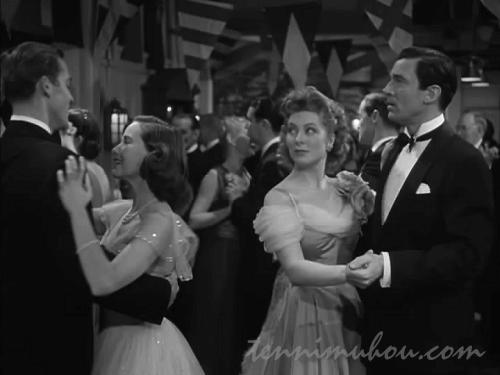 息子ヴィンとキャロルのダンスを見つめるミニヴァー夫妻