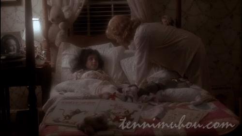 寝ているエマをたたき起こすオーロラ