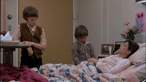 病室に子供達を呼ぶエマ