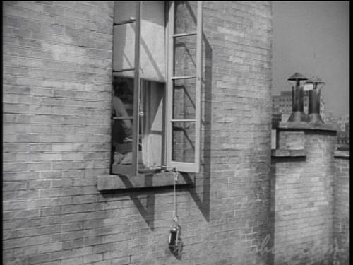 窓からぶら下がる酒