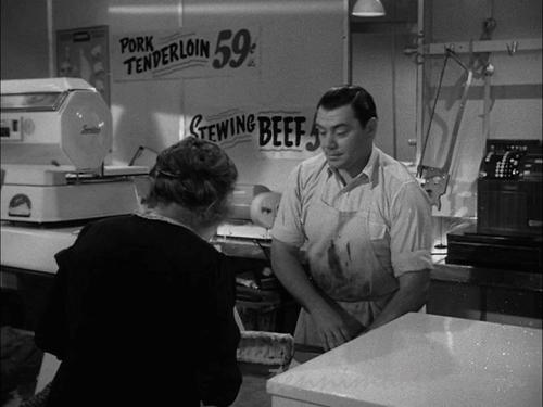 肉屋で働きながらセクハラを受けるマーティ
