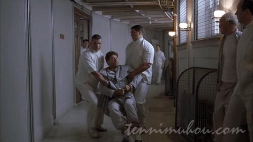 精神病院に収監されるジョン