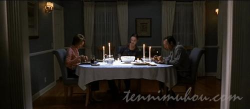 冷めた夕食時間のバーナム家