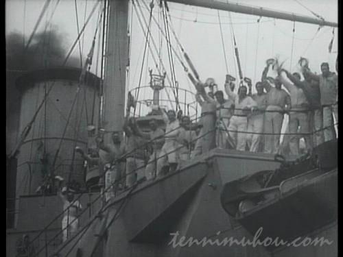 手を振る船員たち