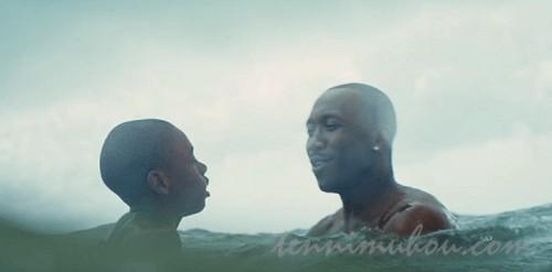 フアンから泳ぎを教わるシャロン