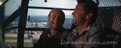 戦闘機で逃亡するヘンドリーとブライス