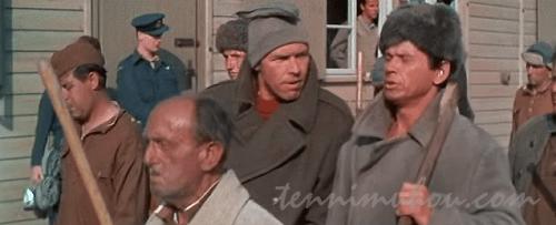 ロシア人の行列に混じるダニーとセジウィック