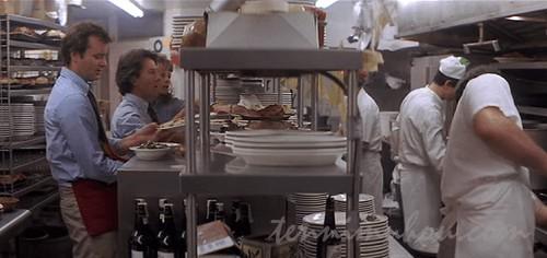 食堂でアルバイトをするマイケルとジェフ