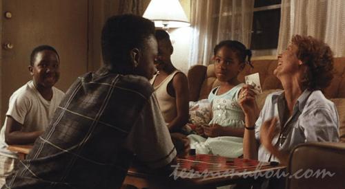 子供達とカードをするヘレン