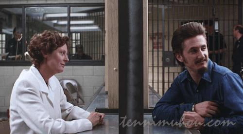 ガラス越しに話すマシューとヘレン