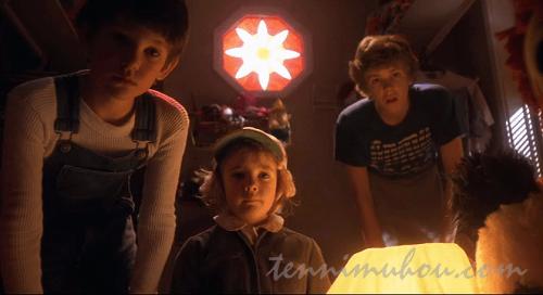 E.T.を見つめるエリオット達