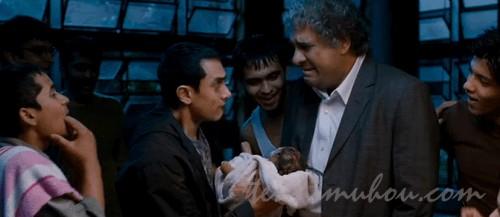 モナの赤ちゃんを抱く学長