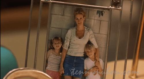 2人の子供と映るエリン・ブロコビッチ