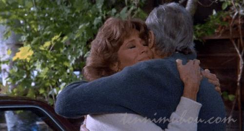 ヘンリー・フォンダとジェーン・フォンダの抱擁