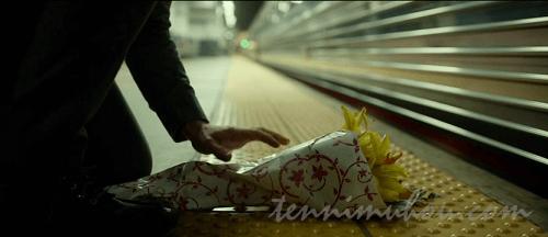 花を手向けるデニス