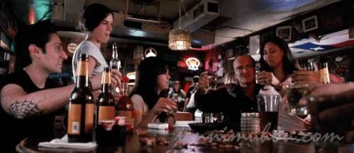 バーで飲んでるアーリン達