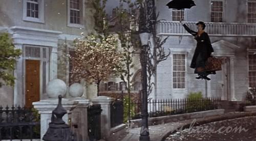 傘で飛んできたメリー・ポピンズ