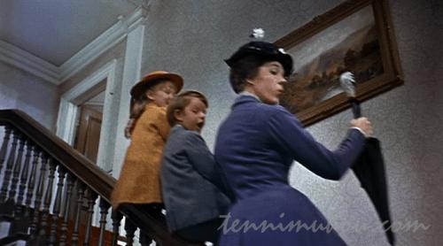 口笛吹きながら階段を下りるメリー・ポピンズ