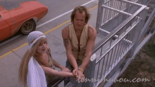 橋の上で結婚を誓うミッキーとマロリー