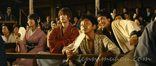 歌舞伎を見ている剣心たち