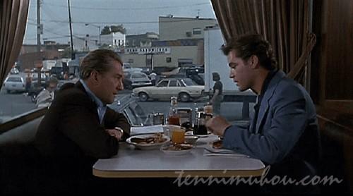 レストランで食事をするジミーとヘンリー