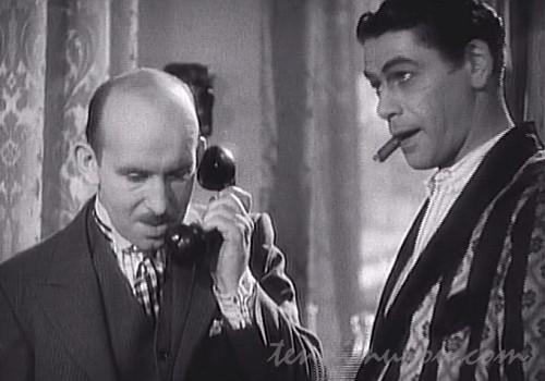 電話を取り次ごうとするアンジェロ