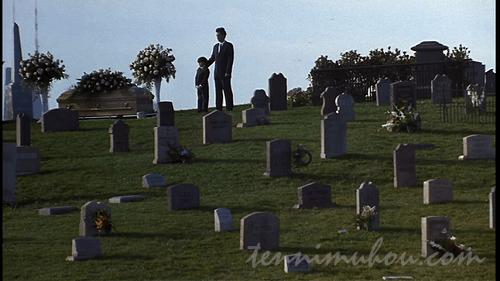 妻(母)の葬式に参列するサムとジョナ