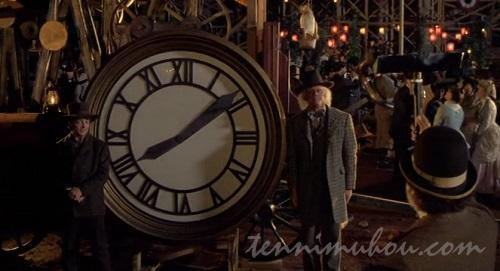 因縁のある時計と写真を撮るドクとマーティ