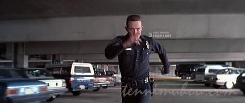 警官コスプレで走るT-1000