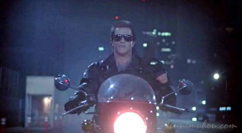 バイクを飛ばすターミネーターことシュワちゃん