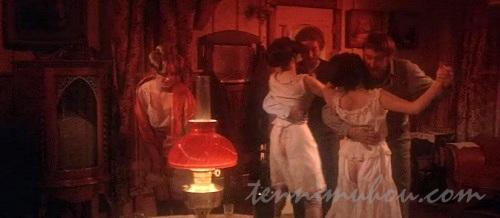 売春宿で踊る娼婦と客