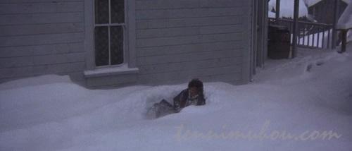 雪の中で動かなくなるマッケーブ