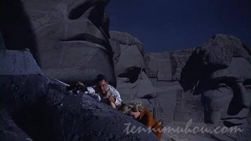 偉人のモニュメント登るケーリー・グラントとエヴァ・マリー・セイント