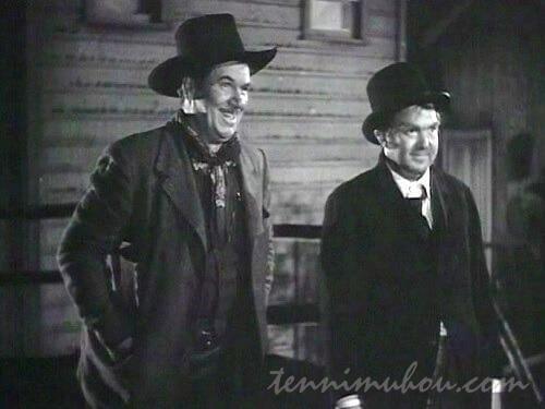 去っていくリンゴとダラスをみて笑うブーン医師とカーリー保安官