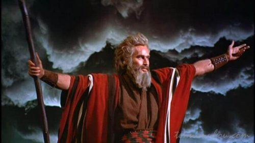 映画【十戒】で海ぱっかーんなるシーンのチャールトン・ヘストン(モーセ)