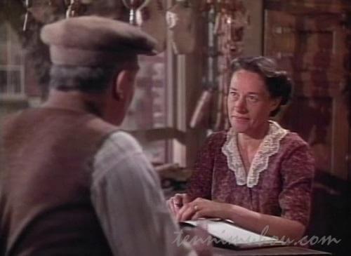 ブラウン夫人に扮するアン・リヴィア