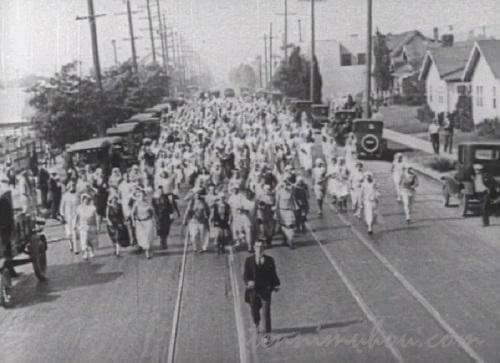 道路を埋め尽くす花嫁軍団