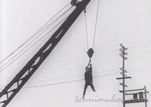 クレーンで吊るされるバスター・キートン