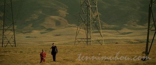 荒野に跪くジョン・ドゥとミルズ刑事