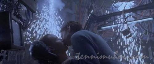 ネオにキスするトリニティー